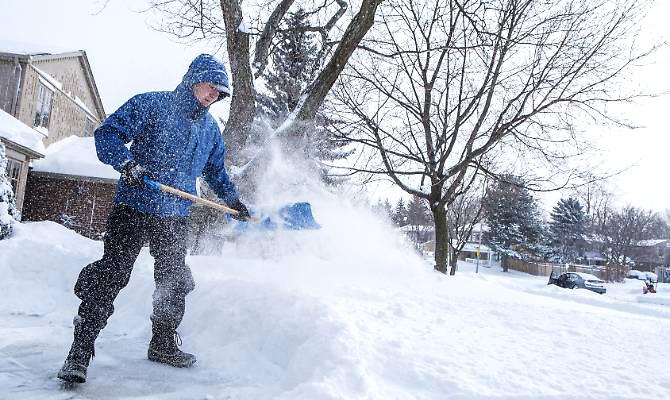 Spalare la neve - prevenire il mal di schiena